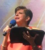 mujer predicando