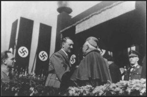 Hitler recibe la bendicion del cardenal católico