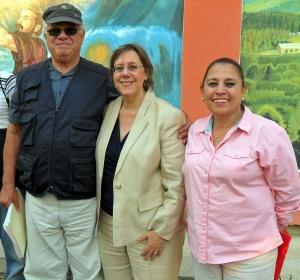 Mario Fumero, Lisa Kubiske, y Lic. Rosa Aguilera.