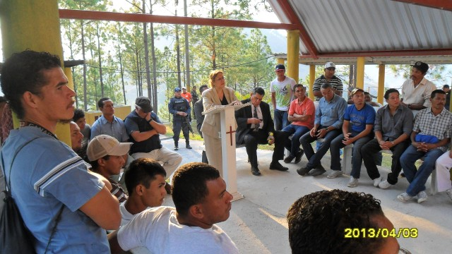 La embajadora en un conservatorio con los internos del programa.
