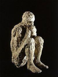 Los moldes de los cuerpos transmiten el dolor de la tragedia