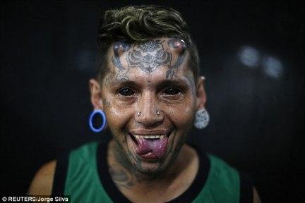 Scary: Un hombre con los dos ojos tatuados de negro y la lengua, cortada por la mitad.