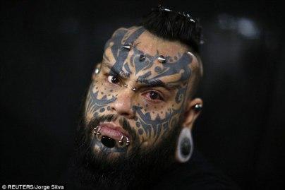 Moody: Modificación corporal y artista de tatuaje. Emilio González, que ha complementado sus tatuajes en la cara con perforaciones en forma de cuerno en la frente y túneles en las orejas y el labio inferior