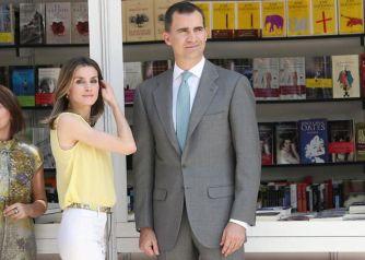 (Los entonces Príncipes de Asturias, en la Feria del Libro de 2012. ¿Estaría Letizia a punto de cometer otro acto satánico?)