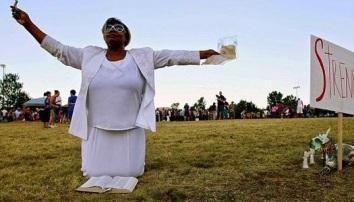 Mujer es multada por orar en voz alta en la vía pública