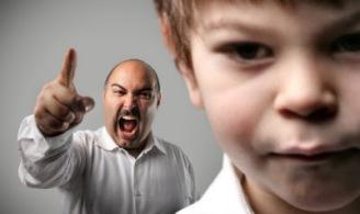 niño y padre regañando