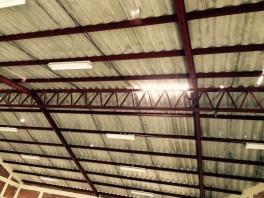 Daños en el techo del auditorio.