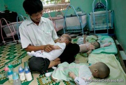 hombre-adopta-bebes-vietnam
