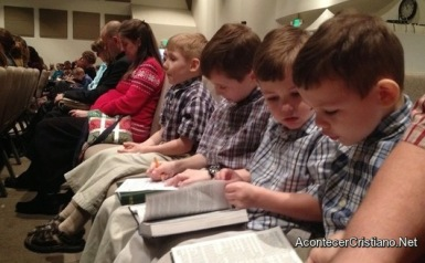 ninos-leen-biblia-iglesia